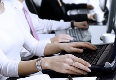 Se contrata personal externo para gestionar becas mientras se despiden trabajadores públicos
