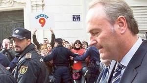 La policia invade un colegio para callar los gritos de los menores contra Fabra