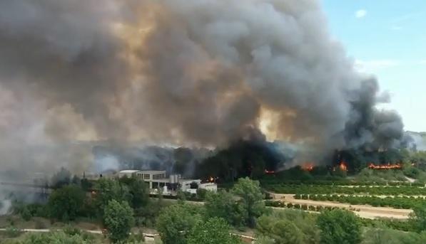 Vídeos: Dos incendios en Valencia obligan a desalojar 400 viviendas