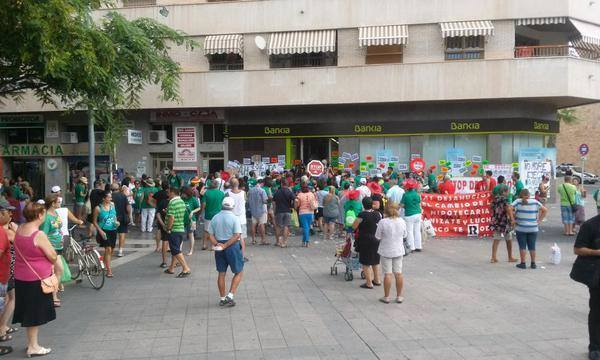 Seguridad de bankia muerde a dos activistas de la pah en for Oficinas de bankia en murcia