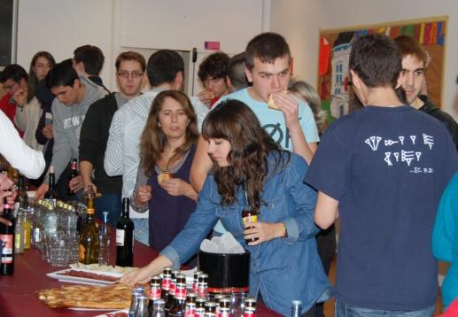 Estudiantes reabren un comedor universitario para poder pagar sus estudios